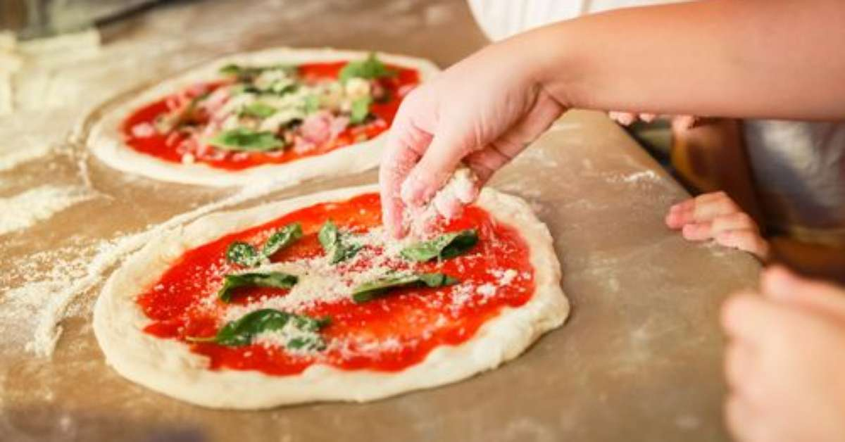 Descubra como é feita a verdadeira pizza italiana