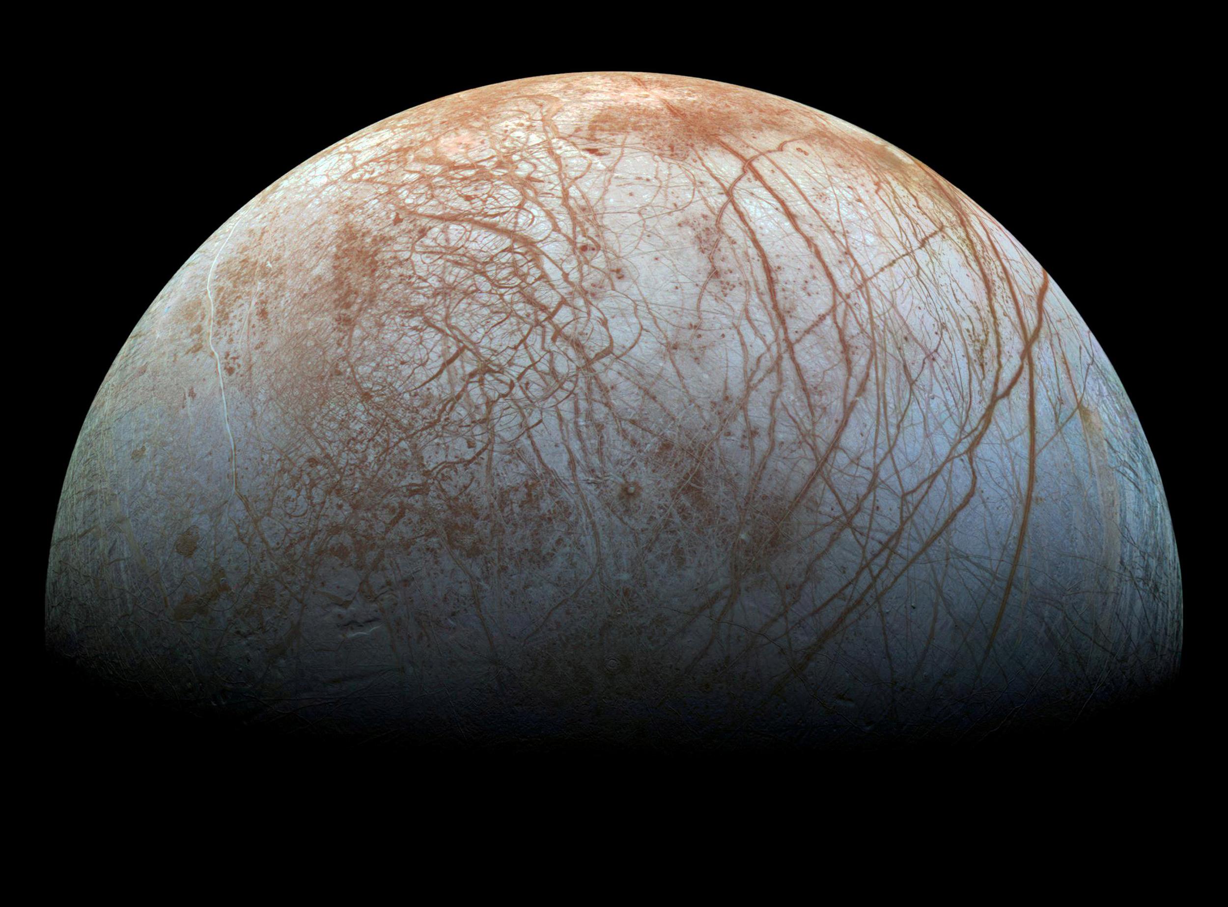 As plumas de Europa podem não se originar do oceano subterrâneo