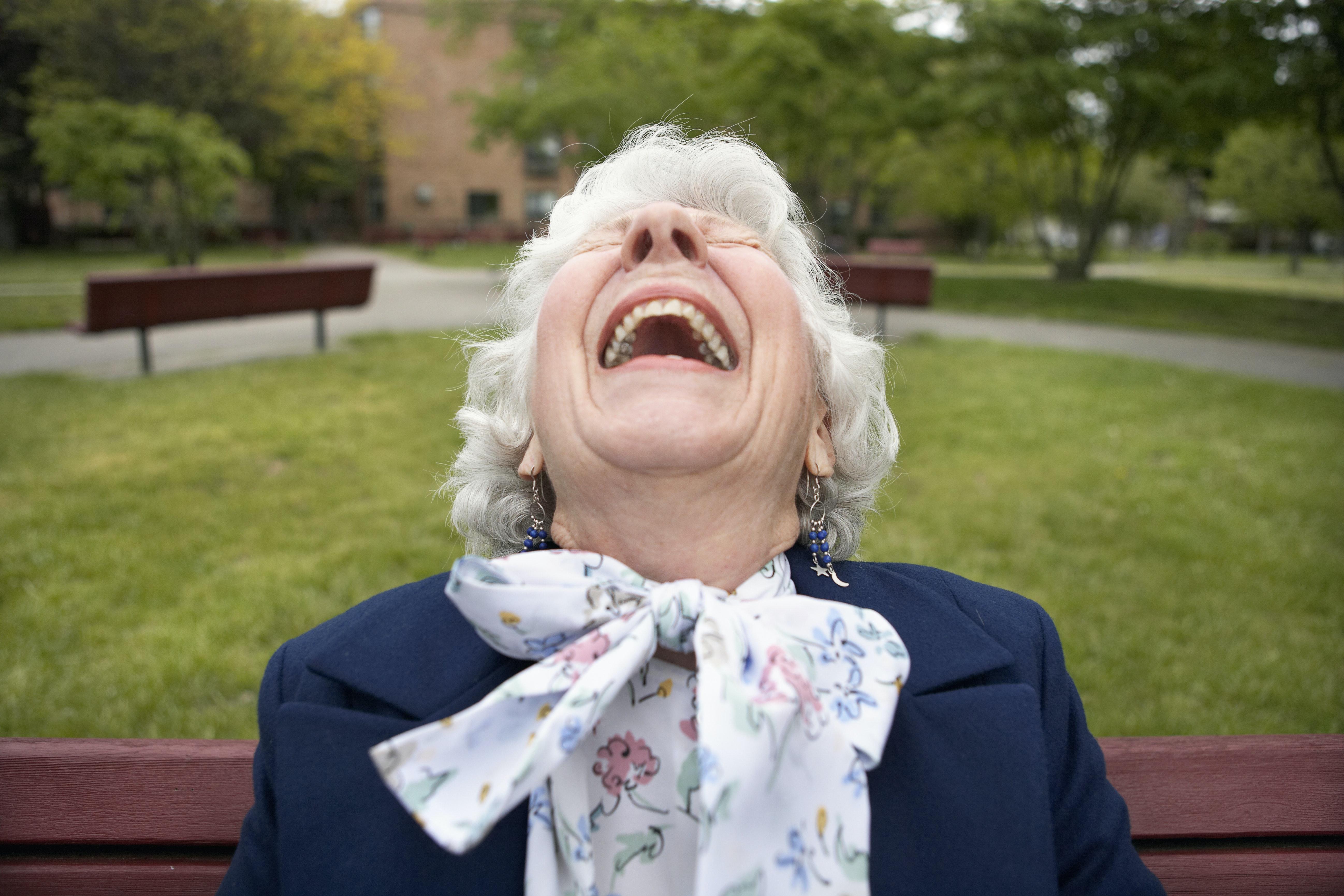 Rir é bom para sua mente e seu corpo - aqui está o que a pesquisa mostra