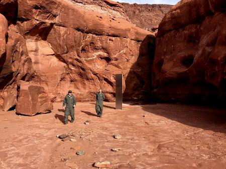 Monólito de prata misterioso desaparece do deserto de Utah