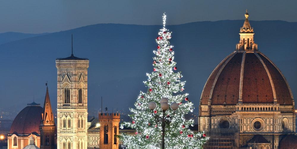 As origens das decorações de Natal: enfeitando os salões da história