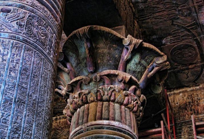 O 'negócio sujo' de esfregar 2.000 anos de cocô de pássaro de um templo egípcio