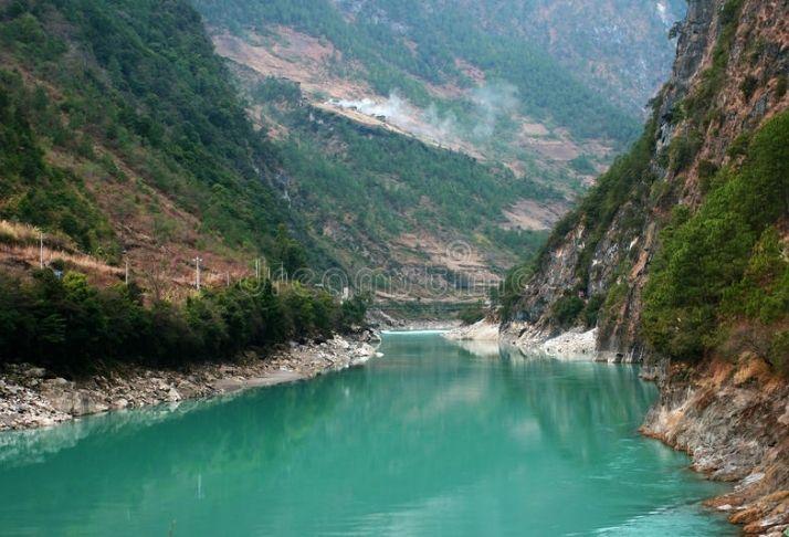 Habitantes locais usam cordas para se locomover acima de um rio na China