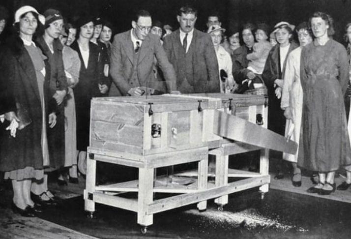 Divididos em dois: Mágicos celebram 100 anos do truque de serrar pessoas pela metade